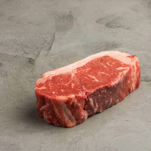 O bife de chorizo foi o corte que consagrou a carne Argentina como uma das melhores do mundo. Retirado do centro do contrafilé, apresenta uma pequena capa de gordura e marmoreio moderado. Ideal para ser servido malpassado ou ao ponto. Seu sabor acentuado enriquece o menu do churrasco. O bife de chorizo também é conhecido como New York Steak ou Striploin.