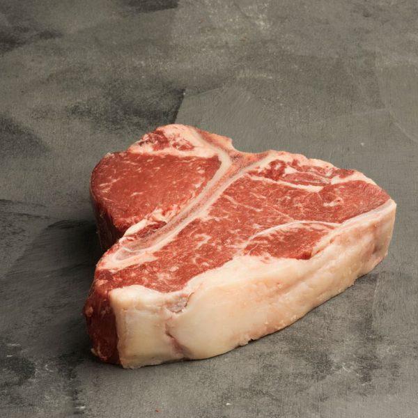 Emblemático nos EUA, onde é considerado o rei dos steaks, o porter house possui um osso em formato de T que separa 3 diferentes cortes. De um lado, o extremamente macio filé mignon numa porção generosa, e do outro lado a combinação de sabores do contrafilé e uma pequena porção da alcatra. Na Itália, o porter house é chamado de bisteca fiorentina, uma carne típica da região da Toscana.