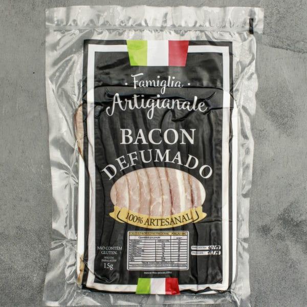 O tenro e saboroso bacon 100% artesanal é curado e defumado com lenha de macieira e especiarias. Proveniente da barriga do porco, também é chamado de toucinho.